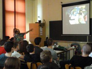 Učenici sa zanimanjem slušaju profesora
